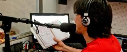 Durante su pasantía para estudiantes de periodismo, un pasante en Argentina trabaja en una estación de radio.